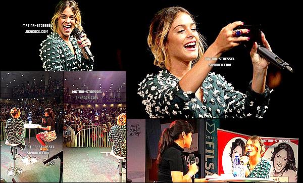 .                                                                                                                                                                                        01/11/14 : Mlle Stoessel était à la << Foire du Livre >> à Santiago, capitale du Chili, afin d'y présenter son livre.                                                                                                                                                                                         Toute souriante, elle était vêtue d'une robe verte à pois blanc cousue à la main, et des talons noirs très hauts ! Qu'en pensez-vous ?                                                                                                                                                                                        .