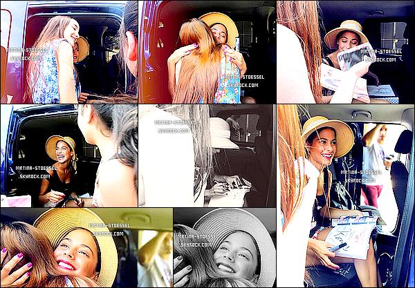 .                                                                                                                                                                                      18/11/14  : Martina était sortie des StudiosBaires, vue par ses fans, après une répétition pour ViolettaLive.                                                                                                                                                                                         La belle était vêtue de son chapeau de paille, ainsi qu'un t-shirt noir. Un très beau Top pour moi ! Et vous, quel est votre avis ?                                                                                                                                                                                        .