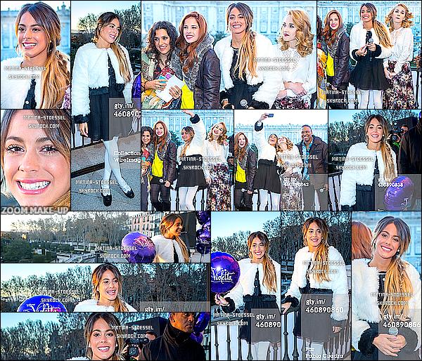 .                                                                                                                                                                                          29/12/14 : Le cast de V.Live se sont rendus au balcon du Théâtre Real pour saluer leurs fans à Madrid - (Esp.)                                                                                                                                                                                         A 17H, les acteurs ont salué leurs fans & ont chanté depuis le balcon. Martina était toute mignonne et ses cheveux étaient si beaux ! Vos avis ?                                                                                                                                                                                       .