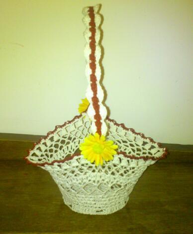 Petite panière avec ses petites fleurs jaunes