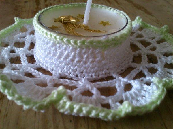 Cache-bougies blanc orné d'une bordure verte