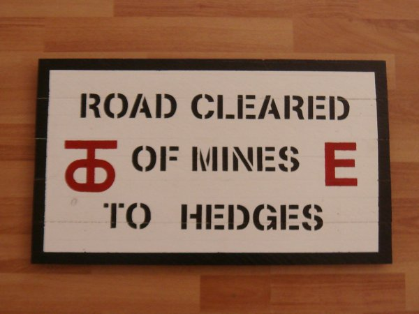 Panneau : ROAD CLEARED OF MINES TO HEDGES