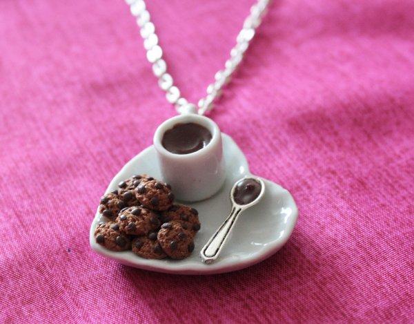 Collier assiette de cookies et chocolat chaud !