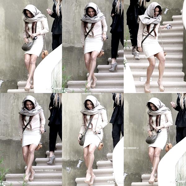23/03/2011; Vanessa quittant sa Maison pour se rendre à la Première de S-P ! C'est une magnifique Vanessa comme d'habitude TOOOOP !