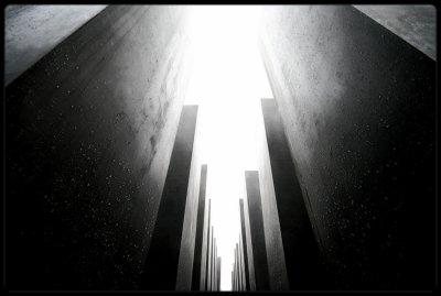 """"""" Les monuments aux morts des guerres que l'on perd sont moins laids que les monuments aux morts des guerres que l'on gagne """"  Nicole Védrès."""