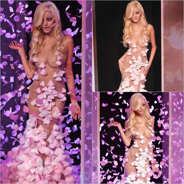 Zahia au final de son défilé de lingerie durant la Fashion Week au Palais Chaillot à Paris le 25 janvier 2012.
