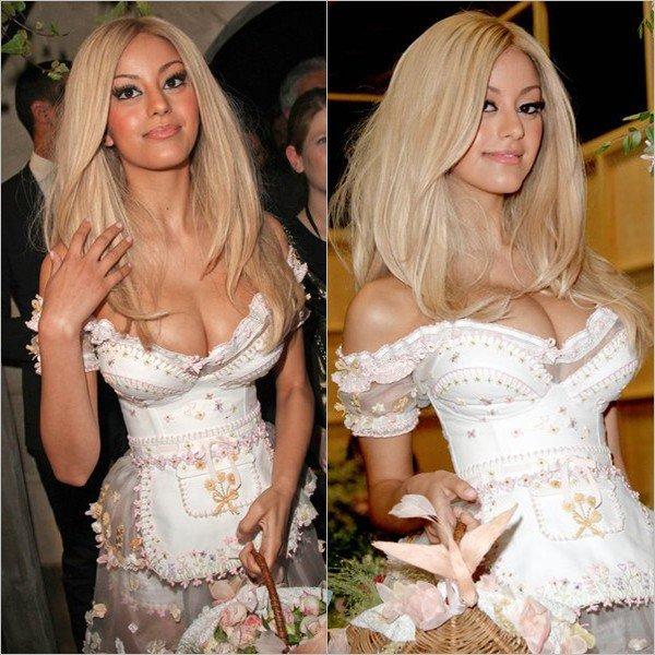 Zahia présente sa collection de lingerie printemps-été 2013 au palais de Tokyo, à Paris le 23 janvier 2013.