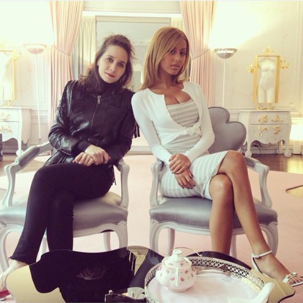 Zahia et une journaliste pour une interview pour Aie Magazine dans son appartement!