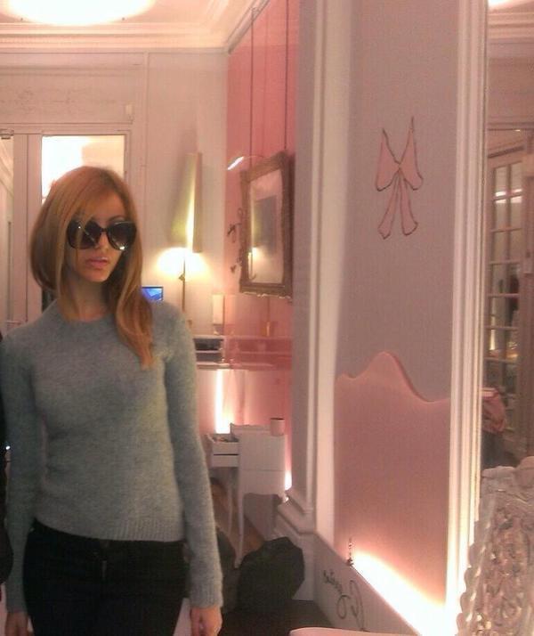 Zahia chez elle dans son atelier de couture