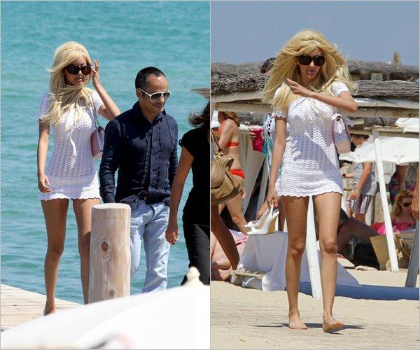 Zahia à été aperçue à la plage à Saint-Tropez, le 26 juillet 2012.