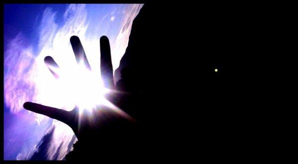 Y a des moments où plus rien ne vas. Où tu as l'impression que tout le malheur s'abat sur toi comme la foudre. Où tu voudrais qu'une chose c'est de partir loin. Mais sache qu'un peut plus loin, si tu y crois, tu pourras toucher le bonheur si tu tends la main. Alors tends la, toujours plus loin. Et le jour où tu le toucheras du bout des doigts. Dans un ultime effort, tends ta main au maximum et ferme la pour le tenir. Et ne le lâche plus.. Ne lâche plus le bonheur et il sera le tiens. _______~ ★