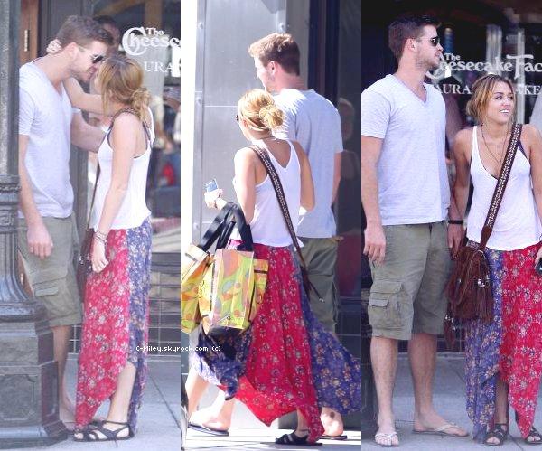 25.08.2011  -  Miley et Liam en amoureux à Santa Monica.    Miley et son petit ami, Liam ont été vu dans les rues de Santa Monica le 25 août dernier, en plein shopping. Qu'ils sont mignons ! Sa tenue : elle est belle comme toujours sauf que je ne suis pas très fan de sa jupe. Note : 6/10. Ton avis et ta note ?