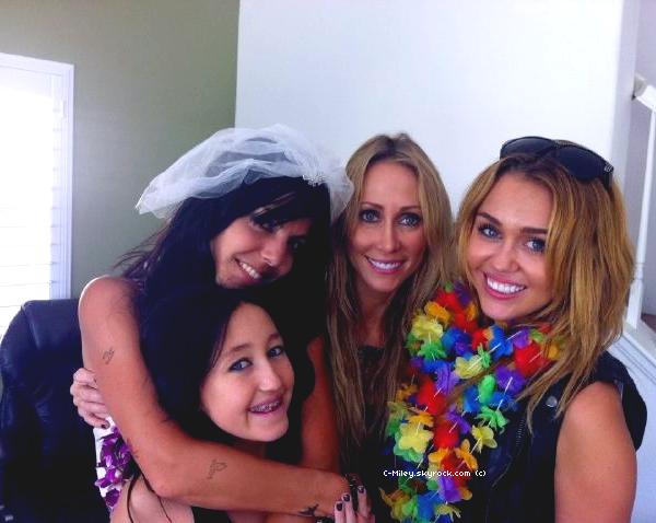 02.09.2011   -   Miley au mariage de Jen!    Miley est au mariage de sa danseuse en compagnie de sa maman Tish, de sa petite soeur Noah et de sa danseuse Jen Talarico qui va se marier! On peut apercevoir que Miley est très proche de son équipe car Miley sera la demoiselle d'honneur de Jen! On lui souhaite un très beau à Jen :D