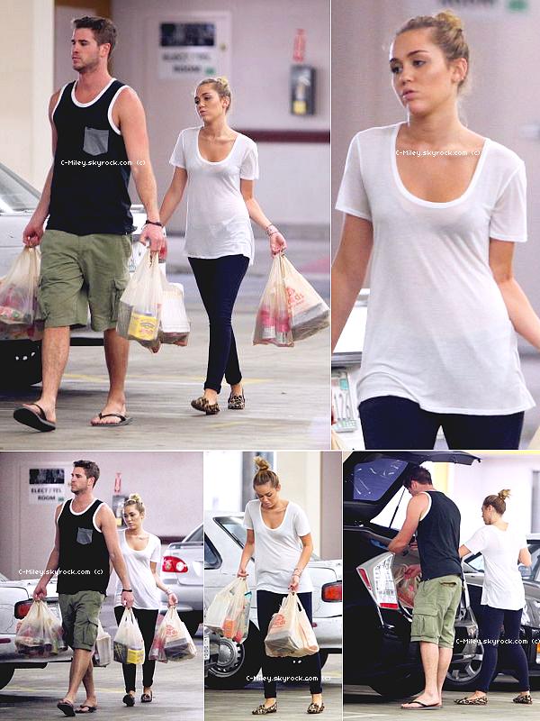 05.09.2011   -   Miley et Liam allant faire les courses.    Miley et son petit ami, Liam sont allés faire les courses chez Ralpha STYDIO CITY... Qu'ils sont mignons ! Sa tenue : Berk! Miley on s'est que t'a rein n'a faire aujourd'hui mais comme même change de tenue, je crois que Miley a prévu de faire un jogging juste après, non ? . Note : 1/10. Ton avis et ta note ?