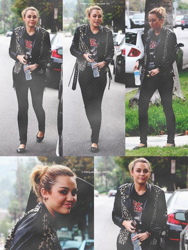 17.09.2011   -   Miley sortant de chez un ami.    Enfin, Miley fait son apparition ! Notre sublime Miley a été aperçu (très souriante) sortant de chez un(e) ami(e) , elle a été photographié à Pasadana :)   Sa tenue : Si vous allez voir les autre candids de Miley, Miley porte toujours le même tee-short :P Et sinon sa tenue pour moi sa sera MOYEN :S . Note : 5/10. Ton avis et ta note ?