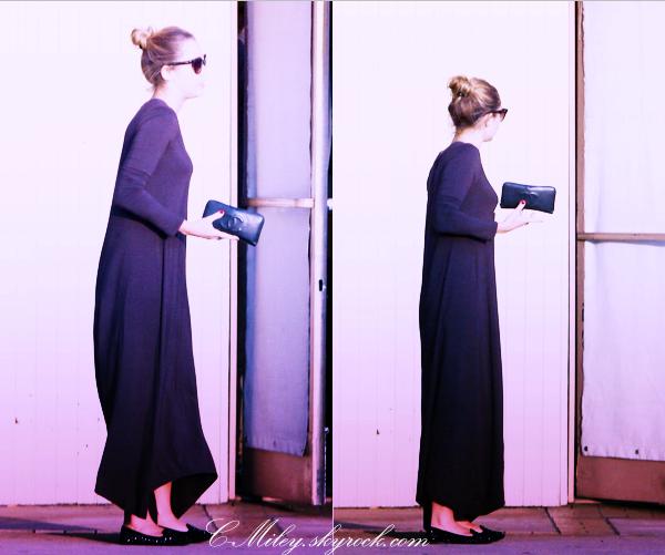 24.09.2011   -   Miley se rendant à la banque.    Miley est enfin sortie de sa cachette en se rendant à la banque (Mais où est Liam ?)   Sa tenue :Robe: J'aibe bien la couleur ( Violet foncé) mais je je ne suis pas inspiré par la forme; Lunette : Je n'aime pas du tout la forme, donc pour sa tenue pour moi cette fois se seras bof ! . Note : 5/10. Ton avis et ta note ?