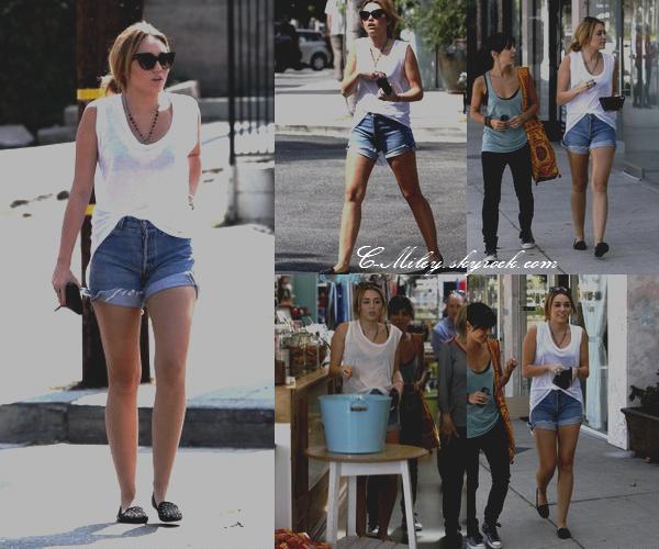 26.09.2011   -   Miley et Jen font du shopping.    Miley et Jen, une danseuses sont partie faire du shopping Bed Bath And BeyondSa tenue : J'aime beaucoup cette tenue Miley est très belle, comme toujours, par contre je n'aime pas trop les lunettes de Miley. Note : 7,5/10. Ton avis et ta note ?