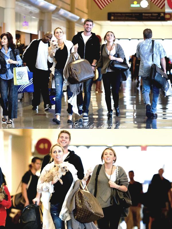 27.08.2011   -   Miley à l'aéroport LAX avec sa famille et Liam.    Miley, Liam et sa famille on été vue à l'aéroport LAX pour aller chez eux, à NASHVILLE !!! Pour Miley les vacances commence !  Sa tenue : Miley est très belle, j'aime beaucoup les chaussures et le sac de Miley  . Note : 8/10. Ton avis et ta note ?