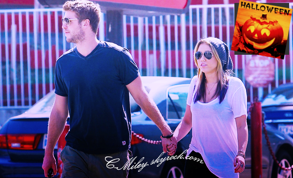 18.10.2011   -   Après plusieurs jours sans nouvelle, Miley et Liam sortant de chez un coiffeure.    Miley et son petit ami, Liam ont été aperçus sortant de chez un coiffeur, si vous pouvez le voir Miley c'est fais des méches rose/violette...Qu'ils sont mignons ! Sa tenue : Moyen, Moyen j'ai aperçus que Miley mettait toujours le même tee-shirt :P . Note : 5,5/10. Ton avis et ta note ?