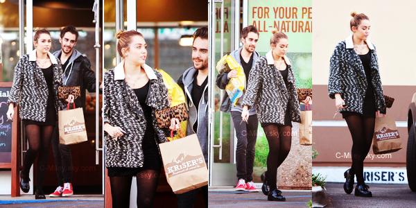 CANDIDS~ 01.12.2011- Miley quittant le pizza Chicken à Studio City.    Miley a été aperçu quittant le restaurant pizza Chicken a Studio City.Sa tenue : J'aime bien sa tenue, classe :D Note : 6/10.Ton avis et ta note ?