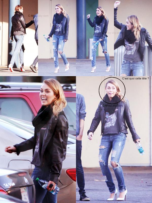 CANDIDS~ 03.12.2011   -   Miley et son ami Cheyne allant déjeuner.    Hier, Miley était de très belle humeur en effet j'ai mis des photos d'elle fesant beaucoup de drôles de grimaces, j'ai remarquer aussi que Miley et Cheyne passent beaucoup de temps ensemble, entre eux il y'a une grande amitier ^^Sa tenue : J'aime beaucoup comment Miley s'est habillée pour aller déjeuner avec Cheyne. Note : 7,5/10. Commentaire sur la note: J'aime la tenue autant que Miley ^^.Ton avis et ta note ?