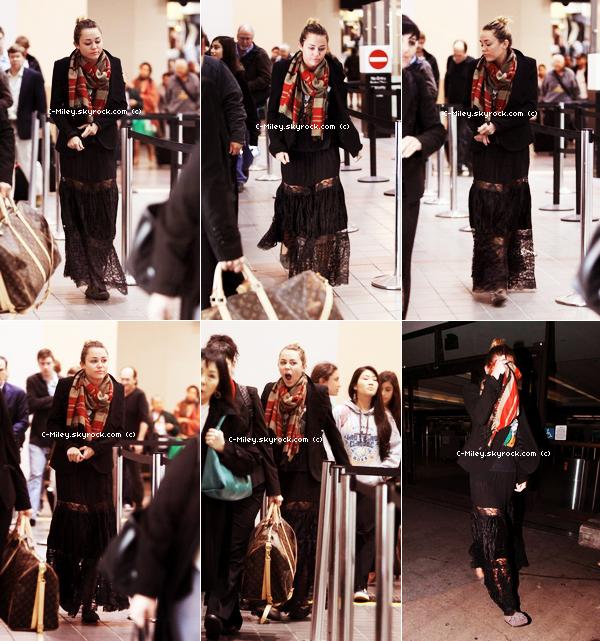 31.12.2011   -   Après de magnifiques vacances à Hawaii, Miley est de retour à Los Angeles, là voilà à l'aéroport :)Sa tenue : Même si Miley est magnifique, je n'aime pas beaucoup la tenue, j'aime bien le foulard et la veste puis le bas c'est pas très beau. Note : 4/10. Commentaire sur la note: Désolé, je n'aime pas beaucoup cette tenue .Ton avis et ta note ?
