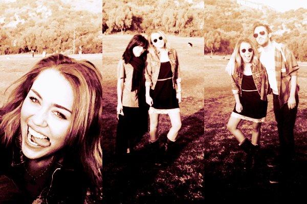 """01.01.2012   -    Miley et son ami Cheyne sont partis au parc là, où il avait écrit devant """"Hollywood"""" ^^ Sa tenue :Parlons maintenant de la tenue, ça va j'aime bien la veste et la robe, elle est magnifique les cheveux détachéé . Note : 8/10. Commentaire sur la note: Je lui accorde a 8, car j'aime pas beaucoup les bottes et vous ?.Ton avis et ta note ?"""