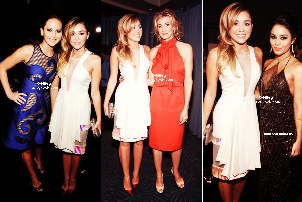 """11.01.2012  -  Pendant cette nuit du 11 janvier, Miley et son amour de Liam étaient présents à la cérémonie """" People Choice Awards """"qui a eu lieu au Nokia Theatre à Los Angeles. Elle et Liam on participer à la 32 ème cérémonie des People Choice Awards !Sa tenue : Miley est très belle, elle porte la robe de DavidKoma et des escarpinsrose pailletés, J'aime beaucoup la coiffure et son maquillage ^^.Retrouver aussi plusieurs photos de Miley dans les Backstage.Note : 8/10. Commentaire sur la note: Je n'aime pas beaucoup les escarpins et toi ? Ton avis et ta note ?"""