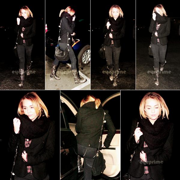 20.10.2011   - Miley et Liam se sont rendus le 20 janvier,au LA Observatorysur Hollywood Hills, toujours autant amoureux l'un que l'autre, je es adores.Sa tenue :Çava, j'aime tout presque, sauf les botes qui ne son pas de mon goût. Note : 8/10. Commentaire sur la note: Le moins : Botes; Le plus : Veste; Foulard; Sac. Ton avis et ta note ?