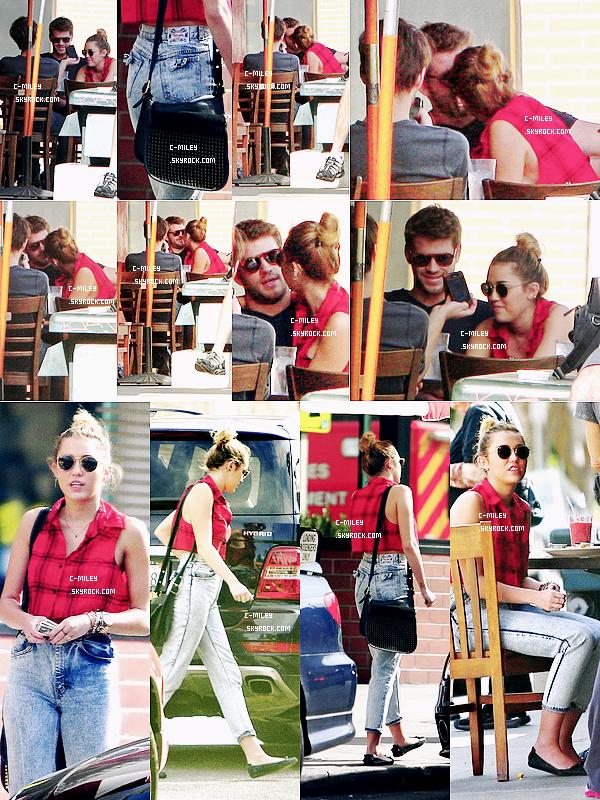 30.01.2012  -   En fin, Miley sort, et nous l'avons aperçus hier, le 29 déjeunant avec son homme, Liam à Los Angeles.Sa tenue : OMG, Miley ?! Pour moi je n'aime pas du tout cette tenue, elle s'est habillée en mamie xD Non mais sincérement, je déteste le haut et le pantalon. Le seul truc que j'adore et la coiffure x) . Note : 3/10. Commentaire sur la note: Le + Coiffure; le - Haut et Bas.Ton avis et ta note ?