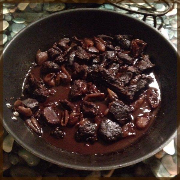 Poêlée de côtes et filet de chevreuil, sauce vin rouge et oignons saucier
