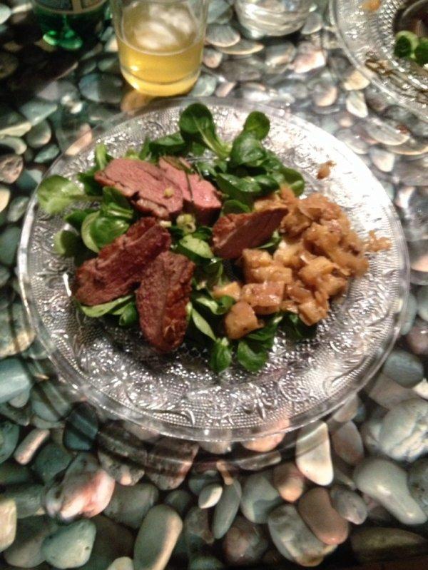 Magret de canard mi cuit, poêlée de fond d'artichauts, salade verte sauce balsamique moutarde