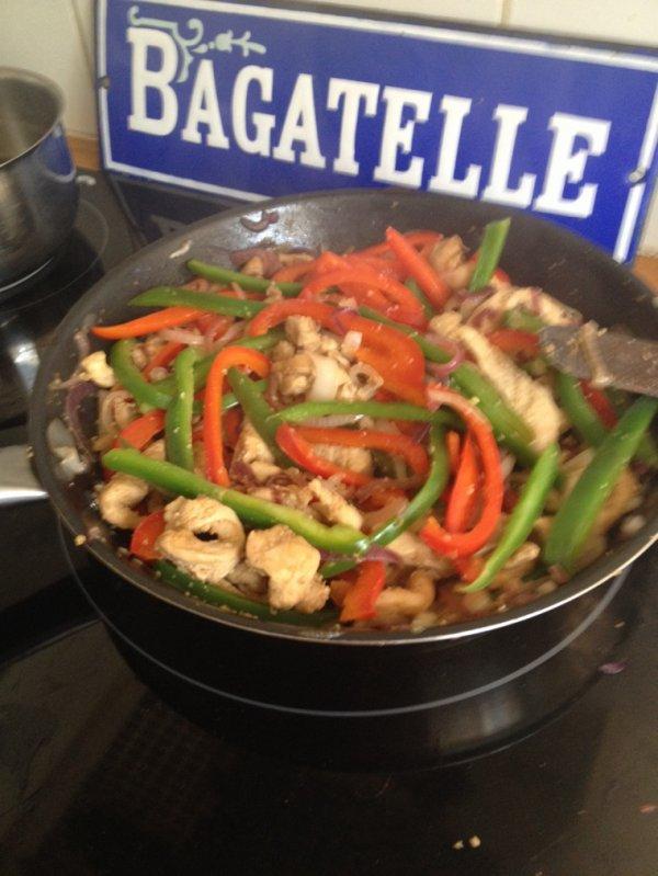 Poulet épicé, légumes sautés, gingembre