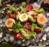 Petite salade de chèvre chaud sur toast, lardons, tomates, oeuf mi-mollet (oui parce que bon j'ai raté la cuisson lol) sauce vinaigrette balsamique, herbes de Provence, basilic.