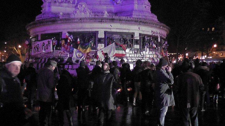 Attentats de Paris : la place de la République illuminée