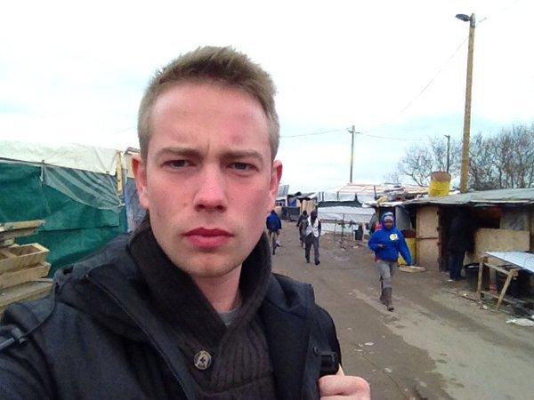 Calais : un journaliste de Russia Today attaqué par un groupe des réfugiés armés de couteaux
