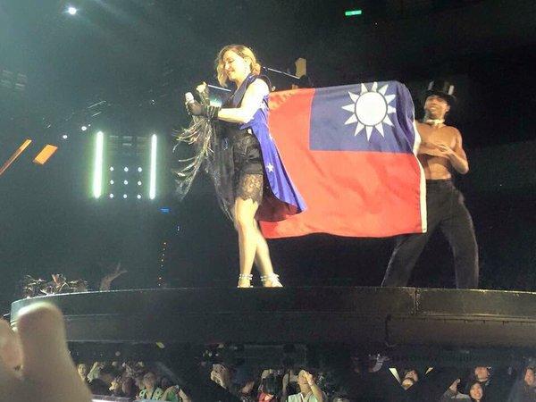 Madonna arbore le drapeau taïwanais et déclenche une tempête sur l'internet
