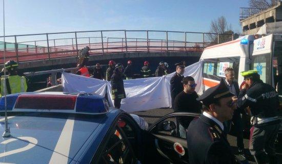 Deux personnes ont été tuées d'un pont sur une autoroute