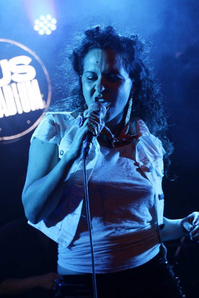 Elle joue la comédie, manie le burlesque, Julia Palombe chante aussi