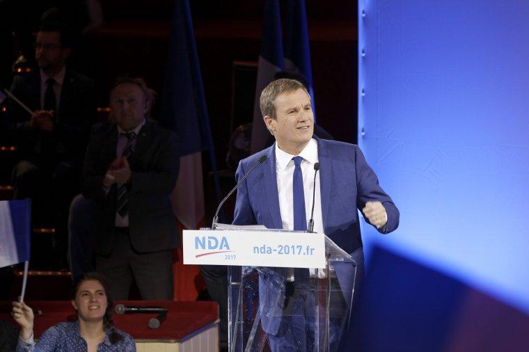 Nicolas Dupont-Aignan, candidat Debout la France en meeting au Cirque d'Hiver