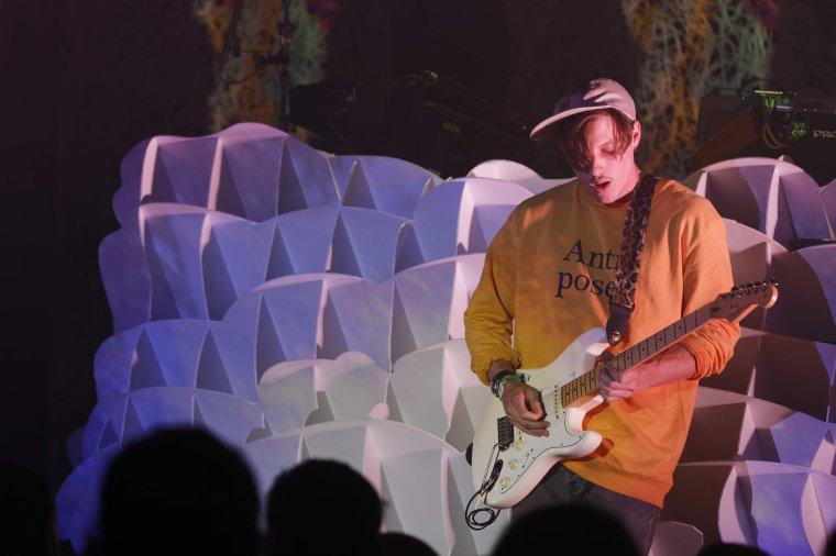 Møme, l'enfant sauvage de l'électro-chillwave s'est produit en concert samedi 22 avril au Plan, à Ris-Orangis, en Essonne
