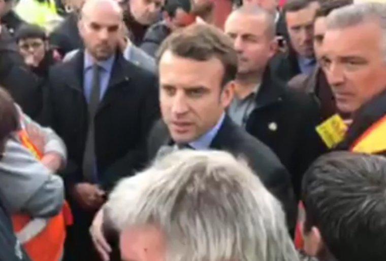 Marine Le Pen, sans prévenir, arrive sur le site de Whirlpool et Emmanuel Macron arrive sur le parking de l'usine où les ouvriers bloquent l'accès
