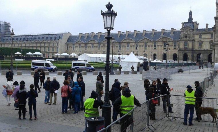 FRANCE COLIS SUSPECT TROUVÉ: L'esplanade du Louvre évacuée en raison d'une alerte sécurité