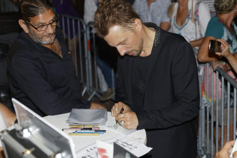 Greg Zlap en séance de dédicaces et vente de Cd et Vinyls à la fin du concert à Agde