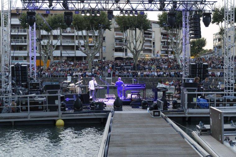 Joos en concert en première partie de Patricia Kaas sur la scène flottante d'Agde