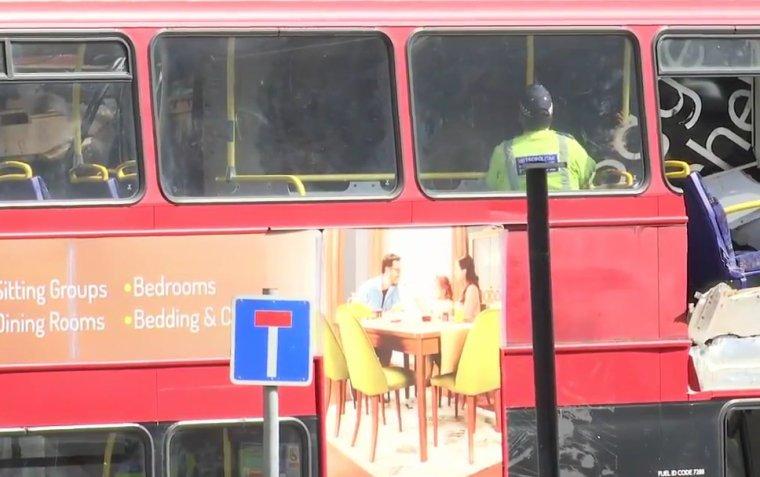Londres: un bus à impériale a littéralement démoli un magasin et dix personnes ont été blessées