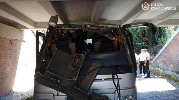 Un bus s'encastre sous un pont ferroviaire à Rome, faisant 18 blessés dont un petit garçon de 10 ans