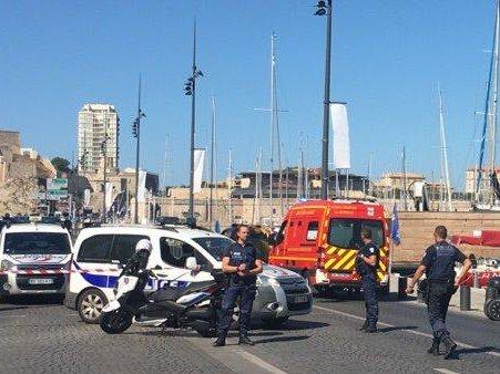 Un automobiliste fonce intentionnelllement sur deux abribus à Marseille, tuée une femme de 41 ans et blessé un homme
