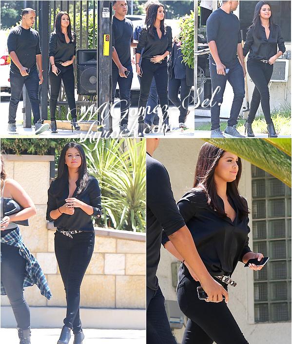 Out & About in LA : Selena a été vu le 18 juin dernier quittant une station radio, j'adore sa tenue c'est un gros top ! Plus tard dans la journée elle a été vu sortant de la salle de gym, elle portais une tenue de sport; je n'ai pas vraiment d'opinion sur sa tenue mais le sac TOP !