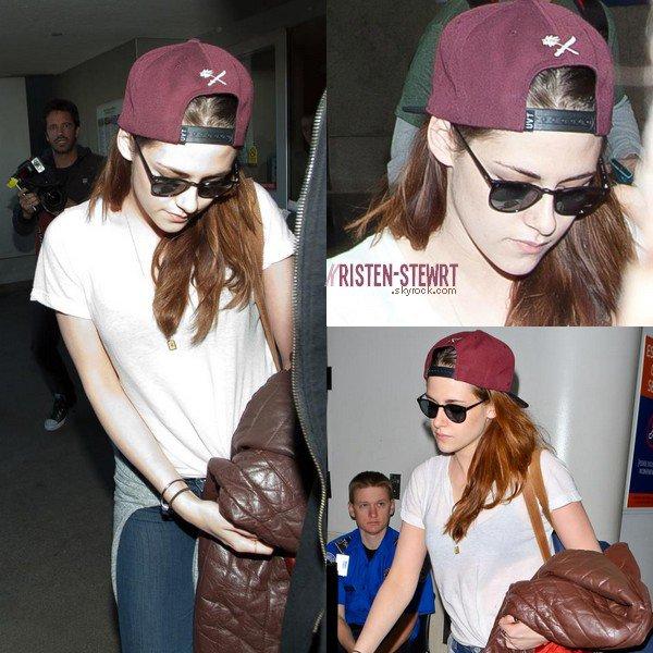 """Kristen se transforme en """" wesh-wesh """" casquette à l'envers et lunette de soleil."""